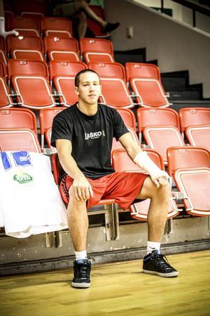 Mario Pesut har vänsterarmen i gips och lär missa en radda matcher i inledningen av basketligan – om åtta veckor beräknas han vara tillbaka i full form.