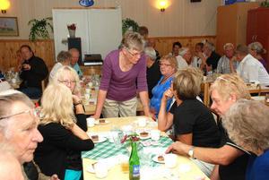 Karin Johansson i Hemvändarkommittén samtalar med några hemvändare.