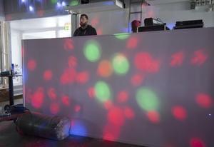 En ny nattklubb, Escape Nightclub, görs nu i ordning på Bedarö Barens övervåning. Hobbe Törner och barmästaren Jani jobbar för fullt inför premiären den 3 september.