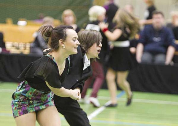 Full fart framåt. Madelene Svanbäck och Stefan Pettersson från Marionetterna dansar Lindy hop.