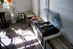 Isabel och Christian är stora musikälskare och vinylspelaren brukar gå varm.