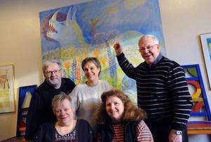 Annamaria Björklin och Pia Larsson (längst fram) från Bollnäs bibliotek, Ronald Lucchesi och Anneli Hansson, ABF samt Bertil Hulth från hembygdsföreningen bjuder in till berättarkafé. I bakgrunden Mårten Anderssons målning Odjuret, som finns i Mårten-rummet på biblioteket.