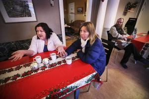 Mariana Sterner och Lena Herau besöker ofta värmestugan. Kommunen har många tjänster för det rent praktiska när man är ensam och har svårigheter i livet, anser Mariana Sterner. Men värmestugan har en annan funktion, eftersom det är en plats där man inte bara får tips och råd utan också kan sitta bland vänner och känna sig som en fullvärdig människa.