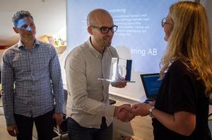 Martin Engman och Eric Lindgren vid Nordic Welding får 50 000 till att utveckla processer inom svetsning. Projektledare Anna Gustavsson agerade prisutdelare.
