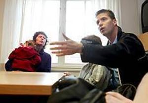 Foto: LEIF JÄDERBERG Iskna. Ingela Johnsson med Moa i famnen och Odd Inge Gjelsnes med sonen Arvid är mycket beskvikna på att Hemma hos-omsorgen försvinner. - Jag är så arg! Det är diskriminering av oss som jobbar obekvämt, säger Ingela Johnsson.