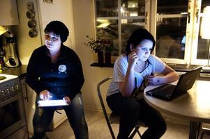 Saija Krytonell lär känna folk via bloggandet. Förra sommaren stämde hon faktiskt träff i verkligheten med tre av de andra pionjärerna. Paulina håller kontakt med kompisarna via facebook, chatt och skype.