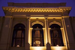 1972 bildades regionteatern i Västernorrland, en stiftelse där landstinger stod för 50 procent och Sundsvall och Härnösand för resten. Den gamla teatern i Sundsvall från 1894 rustades upp men det fanns inga sidoutrymmen, så regionteatern fick starta i Härnösand.