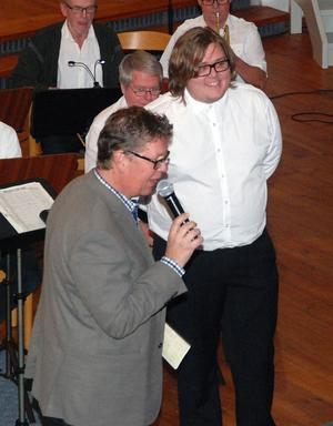Jesper Götlind, Hedemora Musikkårs nye dirigent, som gjorde sitt första framträdande inför Hedemora publiken presenterades av musikskolans rektor Harry Lehto. Jesper undervisar även i klarinett och saxofon på musikskolan.