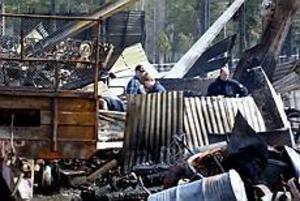 Foto:NICKBLACKMON Bara rester. Eldsvådan var så häftig att teknikerna inte kunde säkra spår. Brandorsaken är en olöst gåta. 24 timmar efter branden pyrde det fortfarande i bråten.