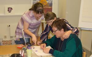 Zilla tillsammans med Anette Tiblin Allansson och Carita Rönnlund. De är alla medlemmar i den lokala fibromyalgiföreningen. En gång i veckan ses de och gör pärlbroderier.