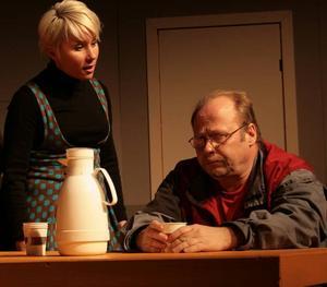 """Företaget har stängt dörren. I rummet sitter fem från facket, maktlösa. """"Jävla finnar"""" är ett utomordentligt scenens svar på maktlösheten i Norrsundet. Gestaltat av en övertygande skådespelarkvintett. På bilderna syns Ronnie """"Bäckis"""" Bäcklin och Sara Waller Skog. I bakgrunden skymtar Kent """"Lumpen"""" Lundberg. Foto: Tomas van der Kaaij"""