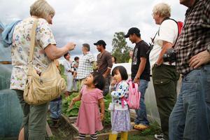 Eliza Maran och Irma Rheng Hlawt bjöd besökarna på sallad från landet.