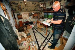 På hembygdsgården har de ställt i ordning ett rum som visar hur Lars Theodor Jonsson bodde. Alla sakerna i rummet är originalföremål från Lars Theodor.
