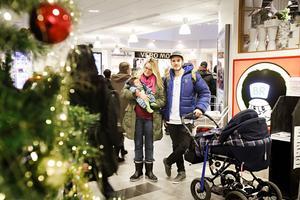 Nina Saunamäki och hennes sambos son Frans Hellström kommer inte att köpa några julklappar till varandra i år. I stället ska de satsa på maten och glädjas över tillskottet Eva Hellström.
