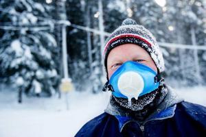 """Tom Kirseä var en av mycket få skidåkare som trotsade kylan och gav sig ut längs ÖSK:s spår under torsdagsförmiddagen. """"Tack vare andningsmasken så går det bra att åka även när           det är riktigt kallt. I går var jag  i Brunflo och åkte när det var minus tjugofem, men jag tror gränsen går där någonstans. Snön blir otroligt kärv att köra på vid så här låga temperaturer"""", säger han. Foto: henrik Flygare"""