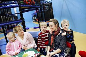 Meja och Marie Oswaldson, samt Anna Englund, mamma till Viggo och Hannes Solum, gläds åt att Gävle fått ett nytt lekland.
