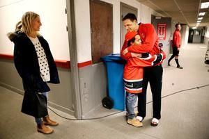 Zion Garö, 9 år, kramar om Jared Aulin som tack för mötet med Örebrostjärnan. Mamma Åsa tittar på.