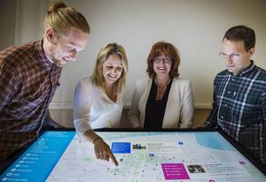Fredrik Bergström art director, Karin Danielsson projektledare, och Stefan Edberg, programmerare hos Osynlig AB, samt Maria Åslin, Visitor Center, visar hur pekskärmen fungerar.