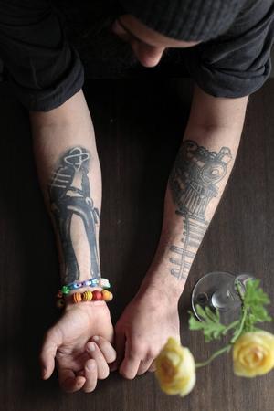 """Illustrerad genom inspirationskällor. På sin högerarm har Peter Boije låtit tatuera in en illustration från Lee Claytons album """"Border Affair"""" och på vänster arm syns Bob Dylans """"Slow train coming""""."""