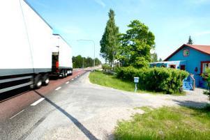 Långtradarkonvojerna passerar på bara tio meters håll från villorna vid Kustvägen i Bredsand. Men Vägverket vägrar att sätta upp bullerplank.