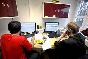 Det är tätt mellan telefonsamtalen på telemarketingföretaget.