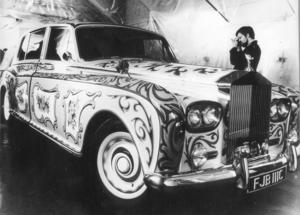 John Lennons Rolls-Royce Phantom V var från början svart, men målades om i en gul grundfärg och mängder av blommor.