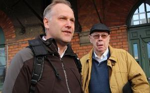 Jonas Sjöstedt på Krylbo station tillsammans med Vänsterpartiets gruppledare i Avesta, Leif Eriksson. Foto: Eva Högkvist