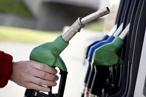 Sänk priset på bensin och diesel till max 10 kronor litern, skriver Karl-Erik Berglöf.