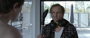 Daniel (Sverrir Gudnason) blir förvånad när den polske hantverkaren George (Andrzej Chyra) oväntat dyker upp och stör i den romantiska skärgårdshelgen.
