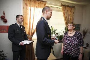 Förvaltare Daniel Sandberg assisterade överste Peter Öberg som delade ut hedersmedaljen till Herta Jonsson.