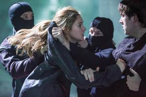 Shailene Woodley är mycket bra i rollen som den utsatta och hårt prövade Tris i