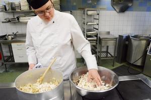 Med smak för 60-talet. Lindeskolans 50-årsjubileum uppmärksammas i år, bland annat i elevköket med lunch med halvsekelgamla recept. Martin Bergsten steker svamp.