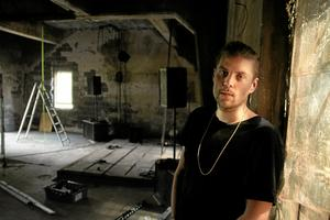 Eric Sjögren är också medlem i The non existent center, och är ljudkonstnär. Här riggar han inför framträdanden och ljudinstallationer i en av gruvans gamla byggnader.