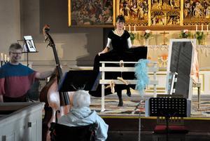 Anna Risperg lyfte på kjolen och visade upp danssteg från sedan länge tillbaka. Till vänster med kontrabas står Lene Kristjansen-Edström. Beata Karacsonyl, piano, syns inte på bilden.