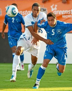 Eddie Hernandez, till vänster, när Honduras mötte El Salvador i en träningslandskamp.
