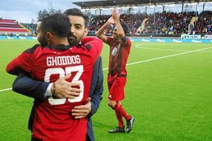 Saman Ghoddos och Brwa Nouri firar efter ÖFK:s seger mot Galatasaray på hemmaplan. Nästa vecka väntar returmöte i Istanbul.