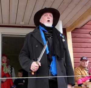 Republikens president Ewert Ljusberg skar av det blågula invigningsbandet.