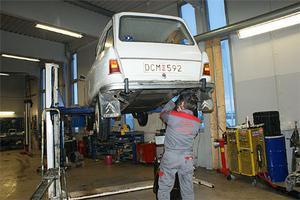 Gummitätningen mot tanken repareras i Kirkenes med en Toyota originaldel.
