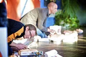 Muraren Kristian Börjesson får lära sig första hjälpen under en konferens som Fiskarhedenvillan anordnade tidigare i veckan.