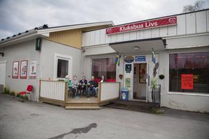 Kurt Folkesson, Lina Björg Tryggvadottir, Ulf von Sydow, Jouni Ponnikas och Dag Hartmann, har samlats utanför Kluksbua för att diskutera hur man håller en glesbygd levande.