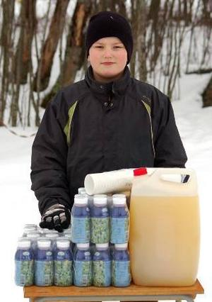 Fabian Gustafsson serverade skidåkarna blåbärssoppa och saft.Fabian Gustafsson serverade skidåkarna blåbärssoppa och saft.Foto:ChristianLarsen