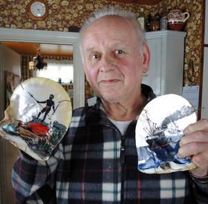 Två vackert handmålade pärlemorskal som Kent Sjögren själv plockat upp ur havets djup under sina år som pärlfiskare.