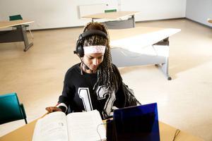 Hiab Molgita har modersmålsundervisning i tigrinja med en lärare i Uppsala varje vecka. En lärare kan vara uppkopplad med flera elever samtidigt.