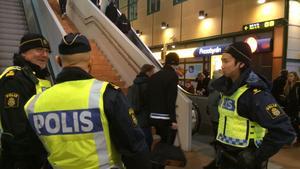 Flera poliser står på Centralstationen i Västerås.