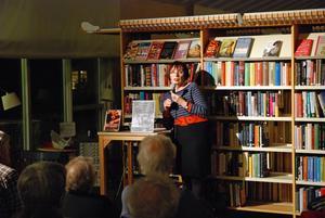 Ingrid Hedström besökte stadsbiblioteket i november 2013. Nu kommer hon tillbaka på måndag och pratar om Haggårdens sinnesslöanstalt på 30-talet.