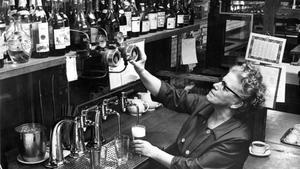 1 mars 1966. Yrken - restaurang, har den här bilden sorterats in under. Du kanske har handlat en öl av fru Greta Ek, spritkassörska på Restaurant Klippan?