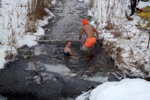 Genom att bada i en isvak drog holländarna in motsvarande 50 000 kronor till Röda korset.