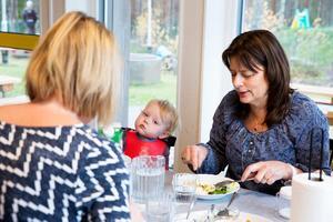 Marie Persson, barnskötare, var först tveksam till matsal för små barn. Nu tycker hon det underlättar att inte behöva hantera maten på avdelningen.