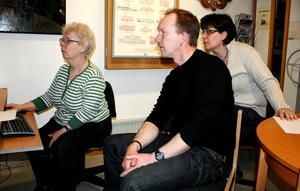 Kalle och Ann-Katrin Lundqvist såg annonsen om släktforskardagen, och bestämde sig för att se om de kunde hitta uppgifter om Kalles morföräldrar. Här får de hjälp av Lena Crommert på biblioteket att leta i en databas.
