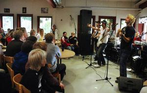 I normala fall brukar Ständut Blakk spela på krogar och festivaler. Men i går var fiket på Bergs gymnasium deras scen. Foto: Sandra Högman